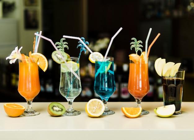 Luminosi cocktail estivi al bancone del bar Foto Gratuite