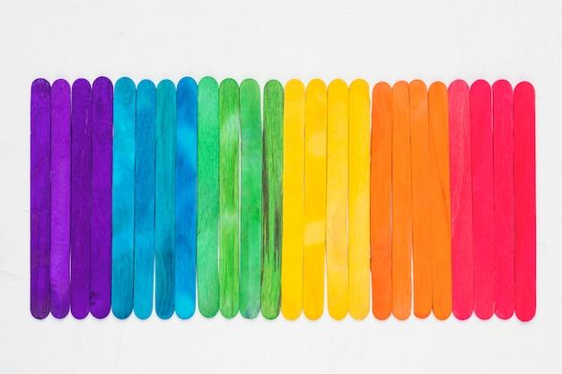 Luminoso arcobaleno lgbt di bastoncini di legno colorati Foto Gratuite