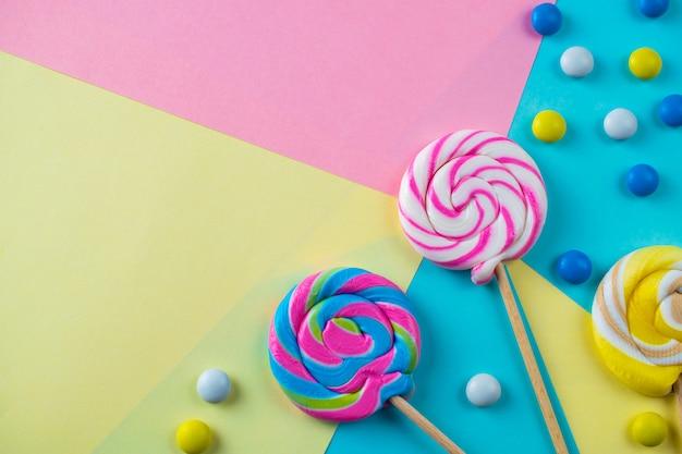 Luminoso colorato dolce lecca-lecca e caramelle sfondo Foto Premium
