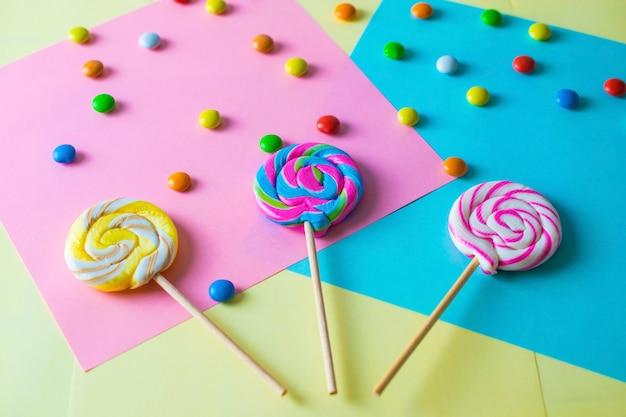 Luminoso colorato dolce lecca-lecca sfondo Foto Premium