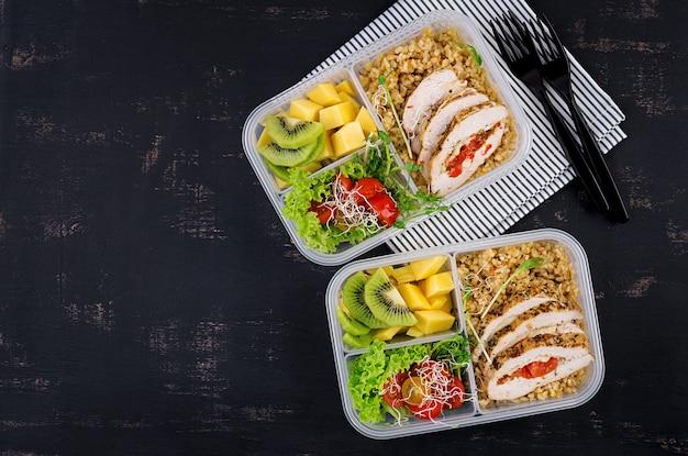 Lunch box con pollo, bulgur, microgreens, pomodoro e frutta Foto Premium