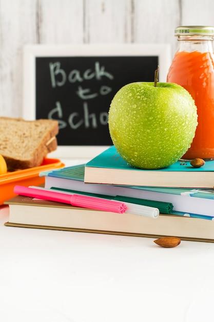 Lunch box per la scuola con sandwich, frutta e noci Foto Premium