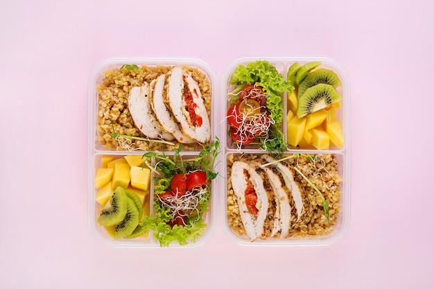 Lunch box pollo, bulgur, microgreens, pomodoro e frutta. cibo fitness sano. porta via. sacco per il pranzo. vista dall'alto Foto Gratuite
