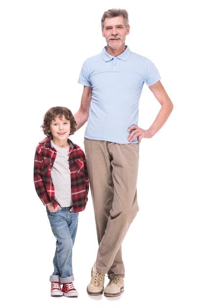 Lunghezza del nonno e nipote in posa. Foto Premium
