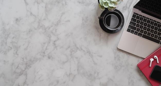 Luogo di lavoro alla moda con spazio di copia Foto Premium