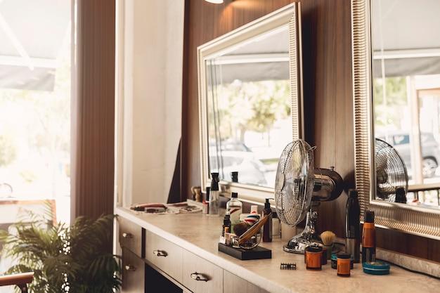 Luogo di lavoro del parrucchiere nel negozio di barbiere Foto Gratuite