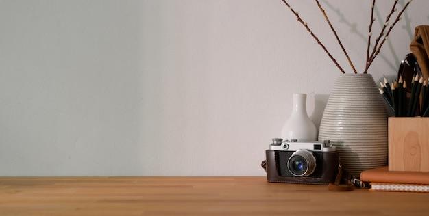 Luogo di lavoro di design confortevole con forniture per ufficio e spazio di copia Foto Premium