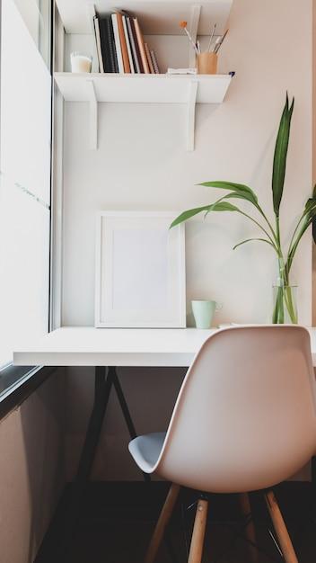 Luogo di lavoro minimale con mock up frame e copia spazio Foto Premium
