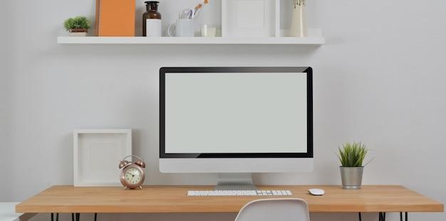 Luogo di lavoro minimo con computer desktop e articoli per ufficio con decorazioni Foto Premium