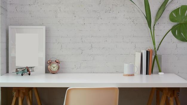 Luogo di lavoro minimo con copia spazio e mock up frame Foto Premium