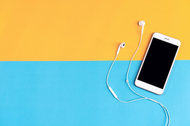 Luogo di lavoro moderno con smartphone collocato su sfondo pastello Foto Premium
