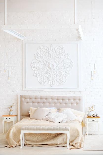 Lussuosa camera da letto con letto e comodini. Foto Premium