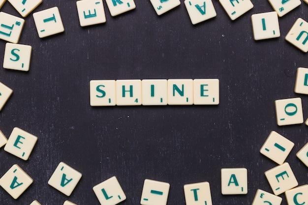 Lustro di parola fatto da lettere di scrabble sopra sfondo nero Foto Gratuite