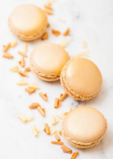 Macaron o maccherone di lusso dorato del dolce del dessert con oro sulla cucina di marmo. vista dall'alto. Foto Premium