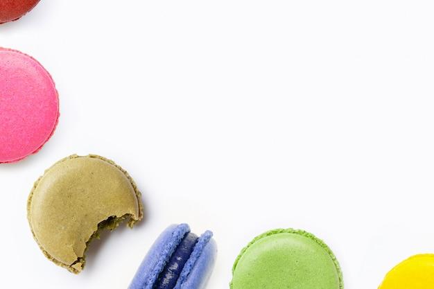 Macarons colorati su sfondo bianco Foto Premium