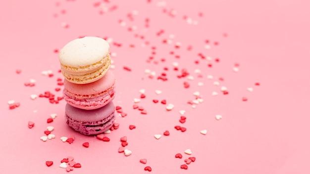 Macarons di san valentino con cuori Foto Gratuite