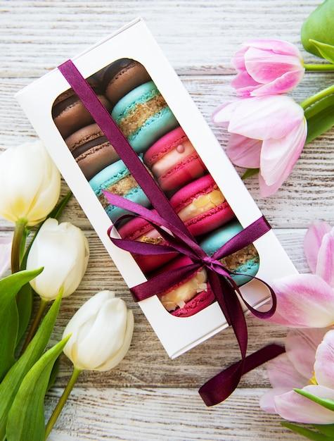 Maccheroni e tulipani colorati Foto Premium