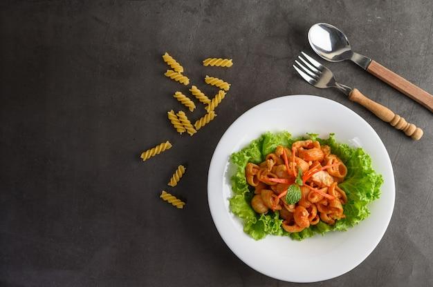 Maccheroni fritti con salsa di pomodoro e carne di maiale Foto Gratuite