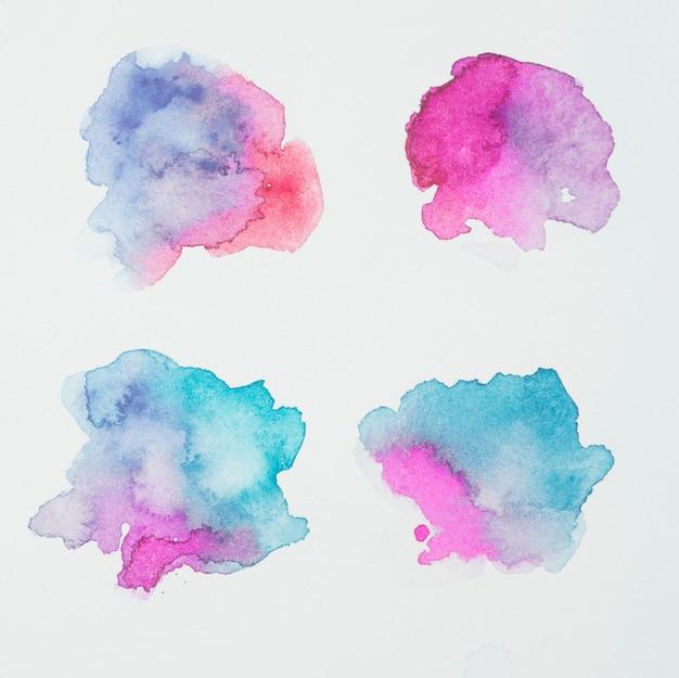 Macchie di rosa, blu e acquamarina di vernici su carta bianca Foto Gratuite