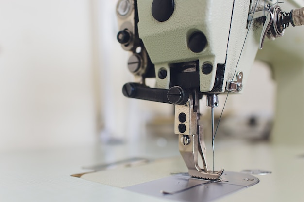 Macchina da cucire professionale di atelier studio. Foto Premium