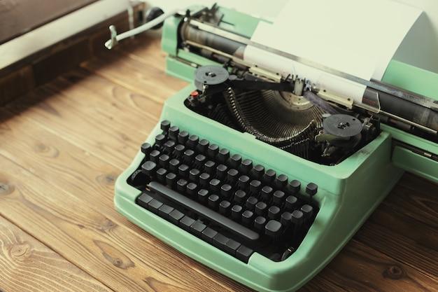 Macchina da scrivere antica. macchina da scrivere vintage Foto Premium