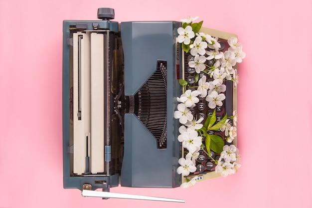 Macchina da scrivere nello stile di vita moderno di uno scrittore, giornalista o copywriter Foto Premium