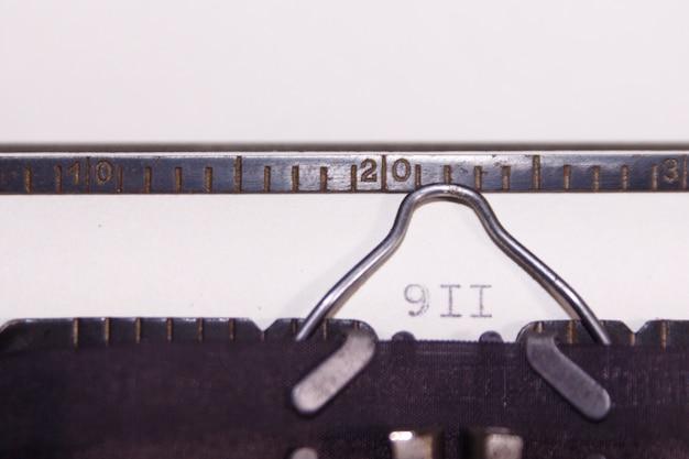 Macchina da scrivere. scritto 911. concetto Foto Premium