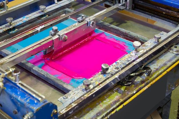 Macchina da stampa serigrafica colore rosso magenta Foto Premium