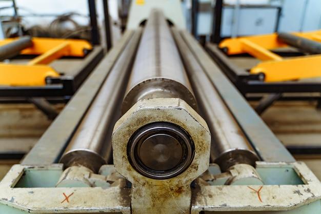 Macchina da taglio per metallo in acciaio con tornio a controllo numerico in officina Foto Premium