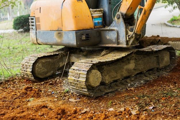 Macchina dell'escavatore al lavoro di movimento terra dello scavo nella cava di sabbia Foto Premium