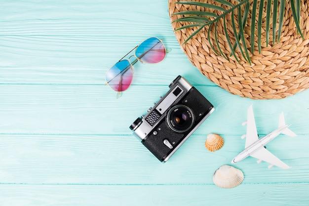 Macchina fotografica a fianco di souvenir in viaggio Foto Gratuite