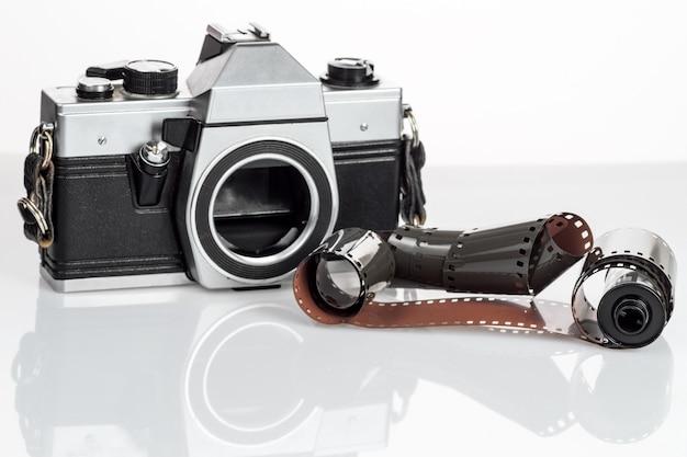 Macchina fotografica d'epoca con un film 35mm su bianco Foto Premium