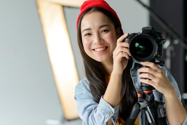 Macchina fotografica della tenuta del fotografo di smiley Foto Gratuite