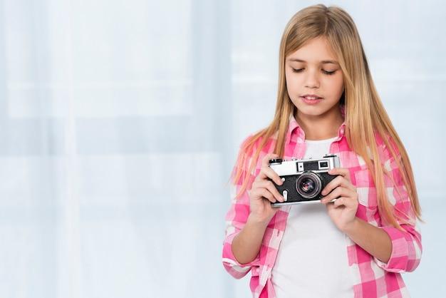 Macchina fotografica della tenuta della ragazza Foto Gratuite