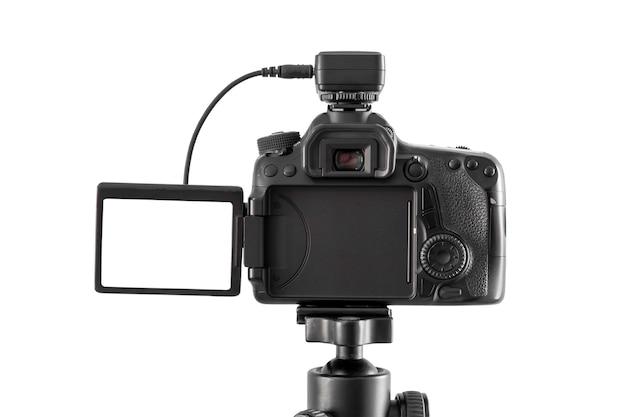 Macchina fotografica di dslr isolata su bianco con il percorso di ritaglio Foto Premium