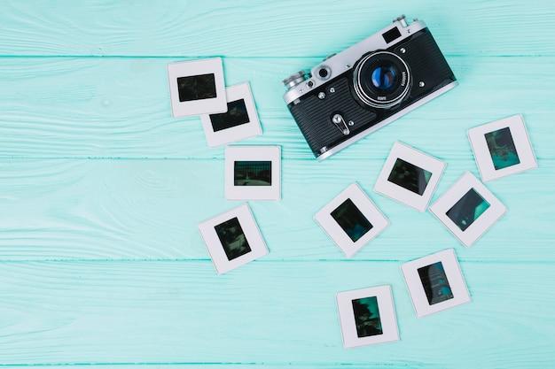 Macchina fotografica di vista superiore con i negativi su fondo blu Foto Gratuite