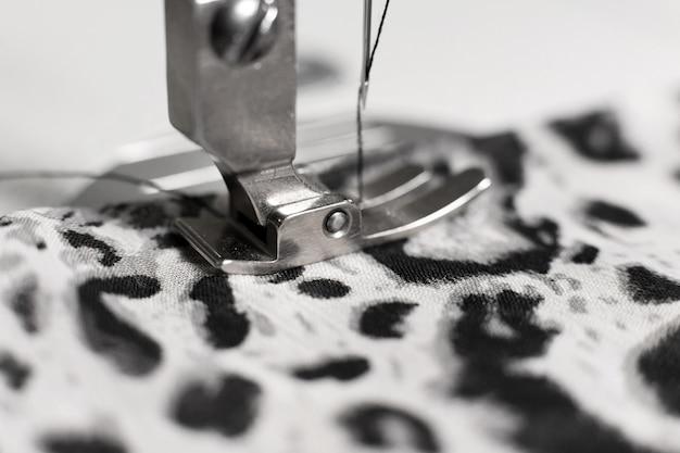 Macchina per cucire con tessuto e filo, primo piano Foto Premium