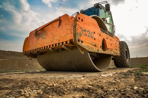 Macchina per il consolidamento del terreno nel terreno quando si lavora in estate Foto Premium