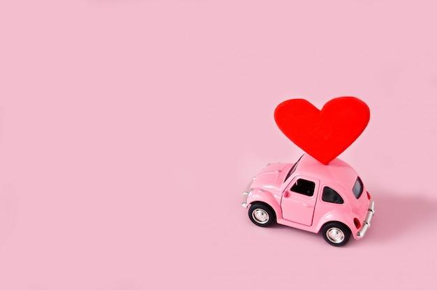 Macchinina rosa retrò con cuore rosso Foto Premium