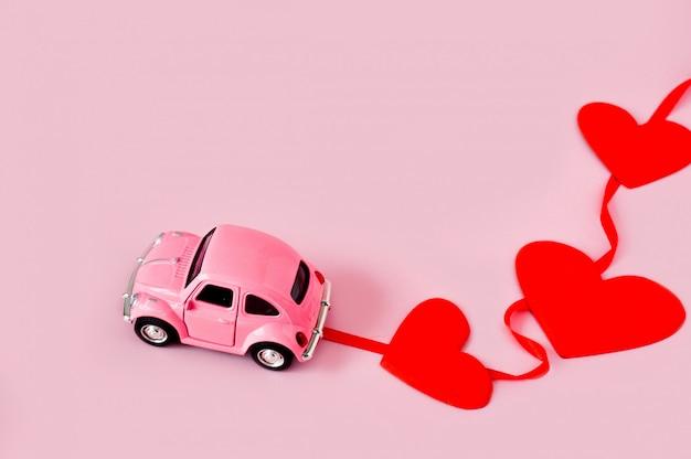 Macchinina rosa retrò con cuori rossi Foto Premium