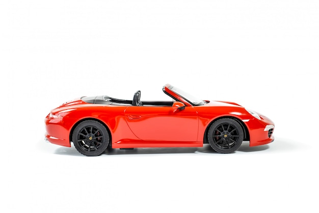 Macchinina rossa del modello di porsche carrera s 911 isolata su bianco Foto Premium