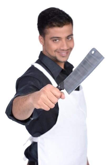 Macellaio bello che sorride e che tiene in mano coltello. Foto Premium