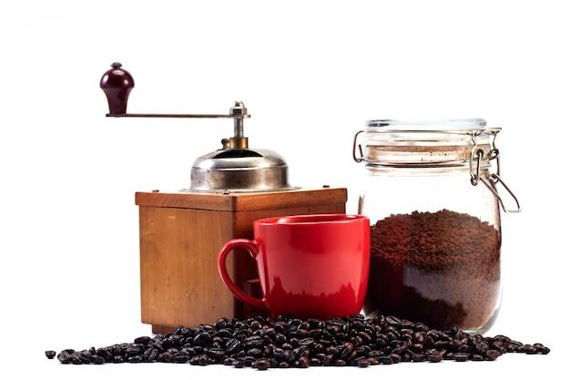 Macinacaffè e tazza vuota, chicco di caffè Foto Premium