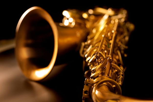 Macro fuoco selettivo del sax dorato del sax tenore Foto Premium