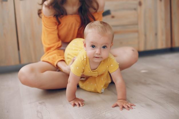 Madre che gioca con la piccola figlia a casa Foto Gratuite
