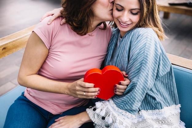 Madre che ringrazia la donna per il regalo di san valentino Foto Gratuite
