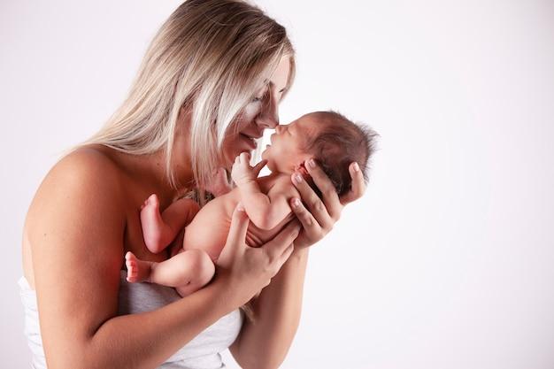 Madre che tiene il suo bambino in braccio Foto Premium