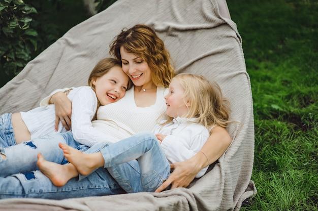 Madre con bambini che si divertono su un'amaca. mamma e bambini su un'amaca Foto Gratuite