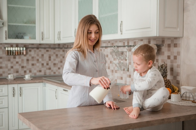 Madre con bambino facendo colazione in cucina Foto Premium