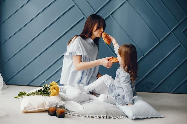 Madre con bambino piccolo a casa Foto Gratuite